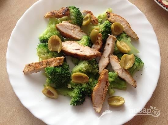 7. Выкладываем на тарелку брокколи и кусочки курицы. Добавляем оливки.