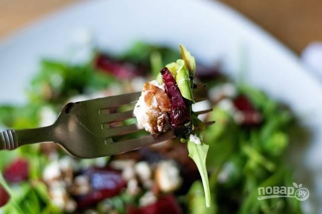 7. Чуть полейте бальзамиком, добавьте немного бекона при желании и подавайте салат с запеченной свеклой к столу.