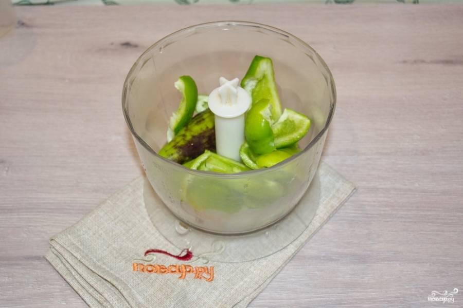 Для приготовления аджики абхазской нам необходимо очистить зеленый болгарский перец. Удалите у него семена и плодоножки. Мякоть перца поместите в блендер.