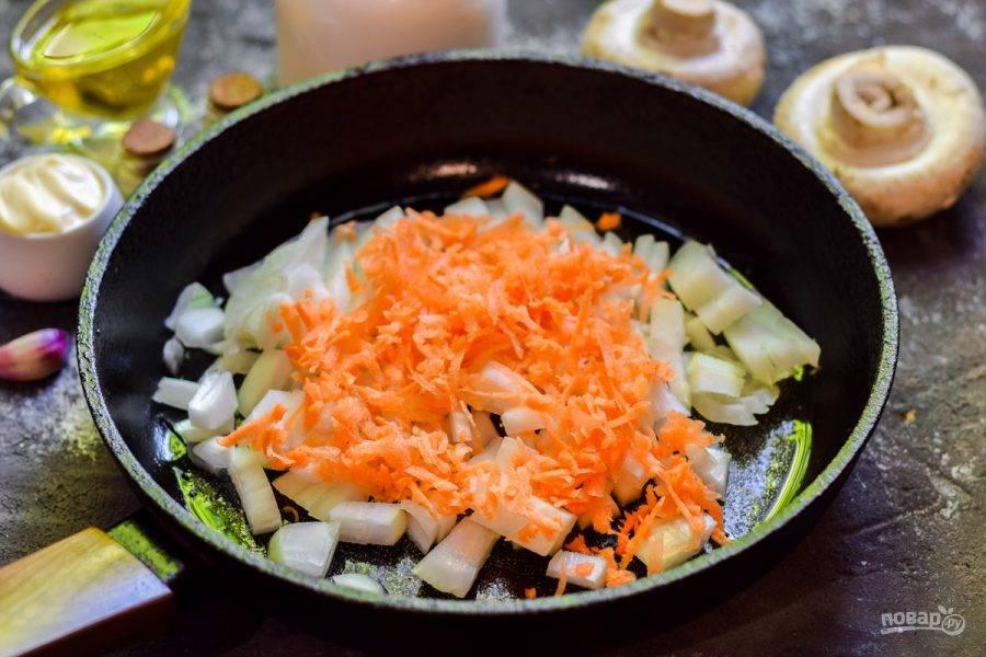 Очистите морковь, измельчите на терке и добавьте в сковороду.