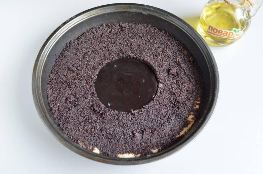 6. Уберите пиалочку, а в центр положите шоколадную пасту.