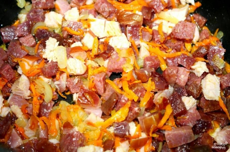 Добавьте мясные продукты к овощам и обжарьте все вместе до румяного цвета.  Очистите и порежьте крупно картошку тем временем.