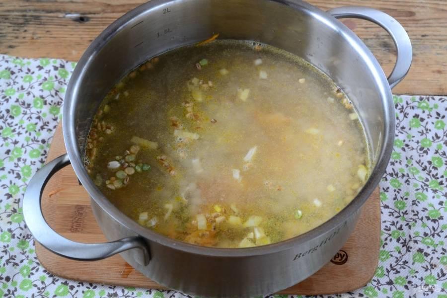 Всыпьте фасоль, горох, перловку, добавьте соль по вкусу. Залейте все это водой так, чтобы та покрыла продукты на 2 пальца. Готовьте под крышкой на медленном огне в течение 50-60 минут.