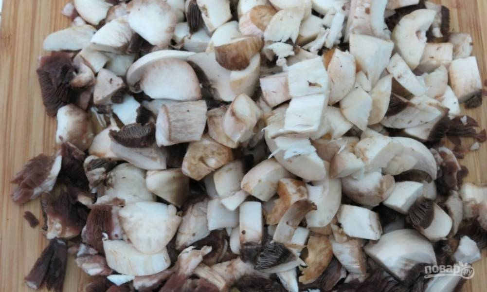 2.Обрезанные ножки нарезаю кусочками, оставшиеся 2 гриба также нарезаю.