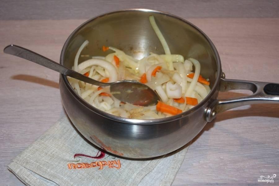 В сотейнике, на растительном масле обжариваем лук и морковь.