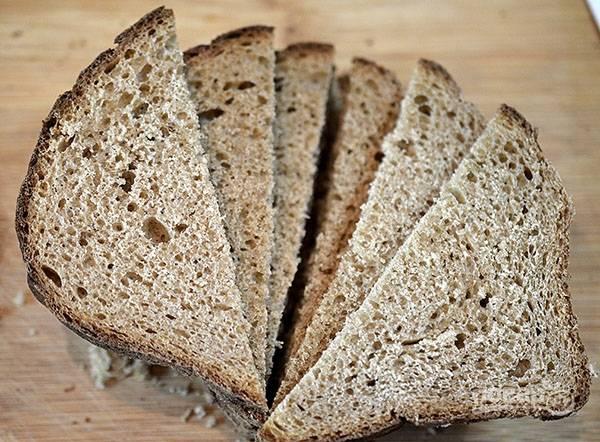 Хлеб порезать на треугольники.