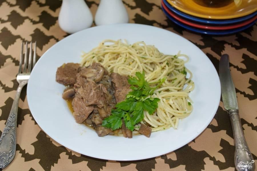 Доведите блюдо до вкуса. Добавьте специи и соль при необходимости. Подайте говядину под грибным соусом к столу, дополнив порцию любым гарниром.