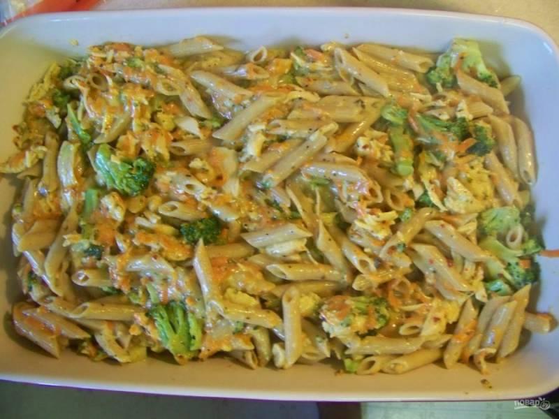 К овощам с курицей добавьте отваренные макароны, хорошо перемешайте. Переложите всю смесь в форму для запекания.