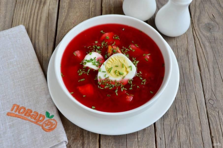 Горячий суп разлейте по тарелочкам, добавьте по половинке вареного яйца, сметану и зелень. Приятного аппетита!