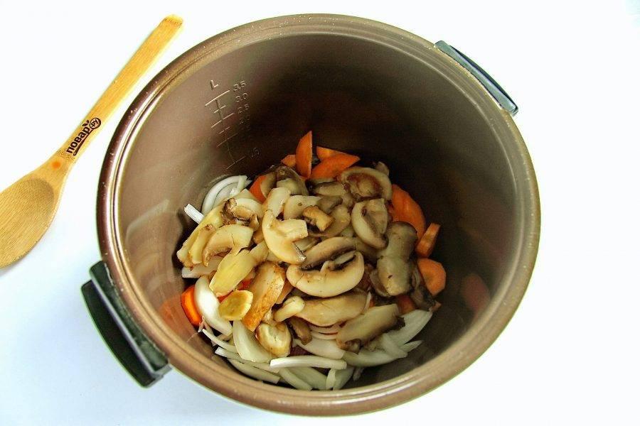 Добавьте нарезанные грибы. Если грибы замороженные, то предварительно их разморозьте и слегка отожмите от лишней влаги. Закройте крышку и готовьте 15 минут.