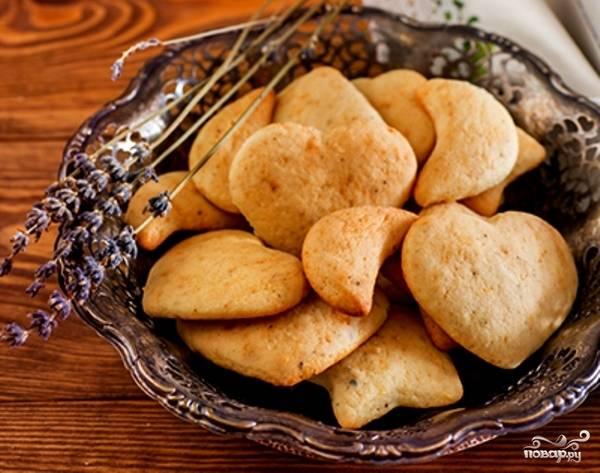 Запекайте печенье в разогретой до 180 градусов духовке в течение 13 минут. При подаче можете посыпать выпечку сахарной пудрой.