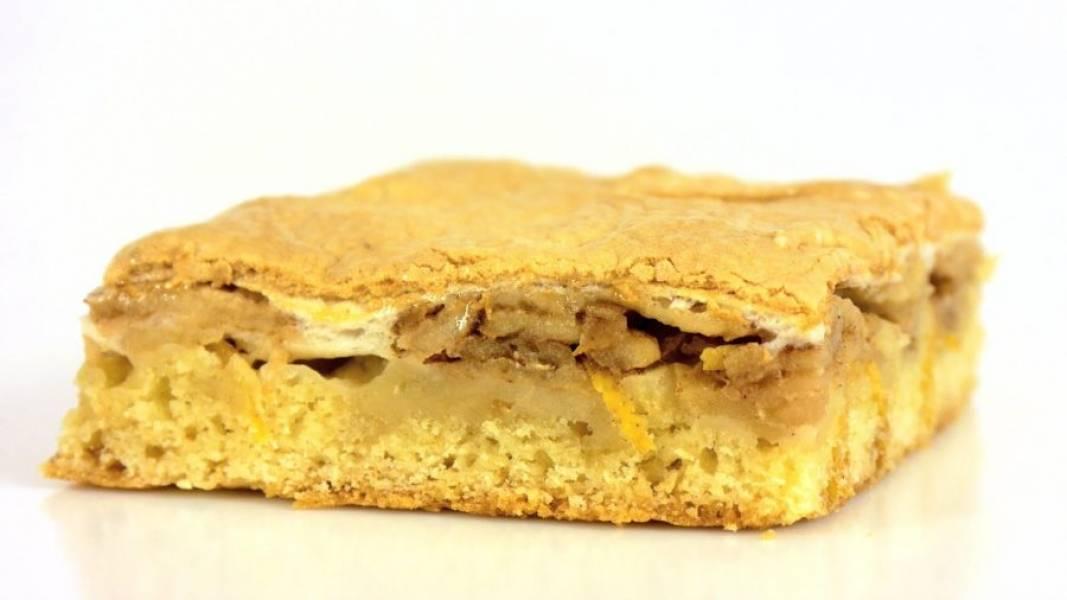 5. Оставьте пирог в форме на 10 минут, после чего перенесите на доску и полностью остудите. Приятного аппетита!