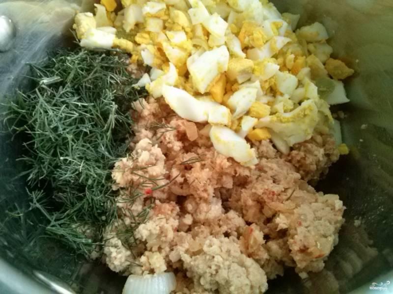 Отварите 4 яйца вкрутую, очистите и порежьте кубиками. Измельчите укроп. Смешайте все ингредиенты для начинки.