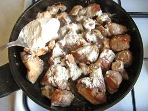 8. На огонь ставим сковороду с 2 ст.л. растительного масла. Жарим мясо, посолив, поперчив, и добавив муку.