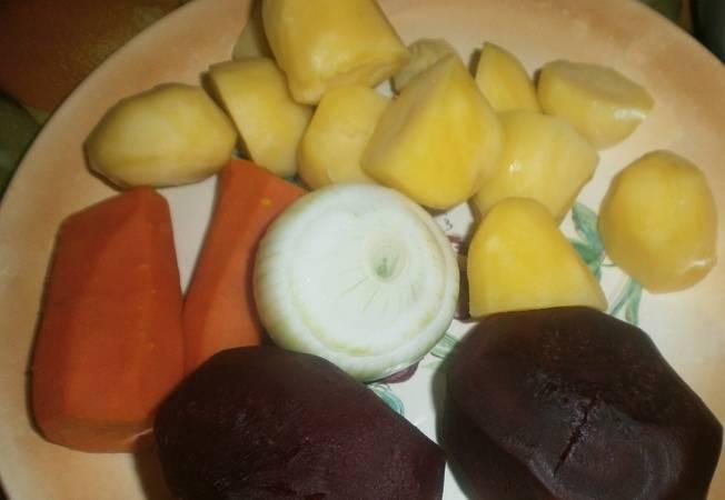 Картошку, морковку, свеклу варим. Лук чистим.