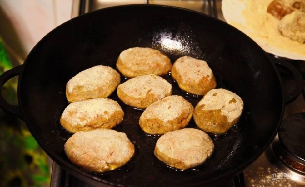 5.Сформируйте небольшие котлеты и обваляйте их в сухарях. Разогрейте сковороду с растительным маслом и выложите котлеты, обжаривайте их с двух сторон.