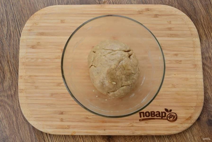 Влейте масляную смесь в мучную, перемешайте вилкой и замесите мягкое тесто. Соберите его в шар, оставьте при комнатной температуре.