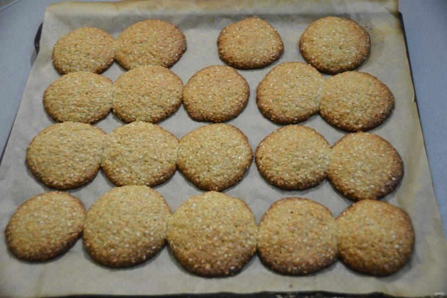 Выпекайте печенье 20-25 минут при температуре 180 градусов.
