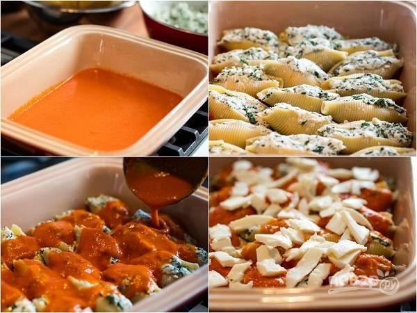 3. На дно жаропрочной формы налейте немного томатного соуса. Выложите макароны и сверху полейте оставшимся соусом. Распределите вторую половину моцареллы.