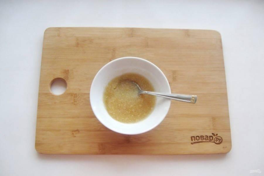 Желатин залейте 3-4 столовыми ложками холодной кипяченой воды и дайте ему набухнуть в течение 10-15 минут.