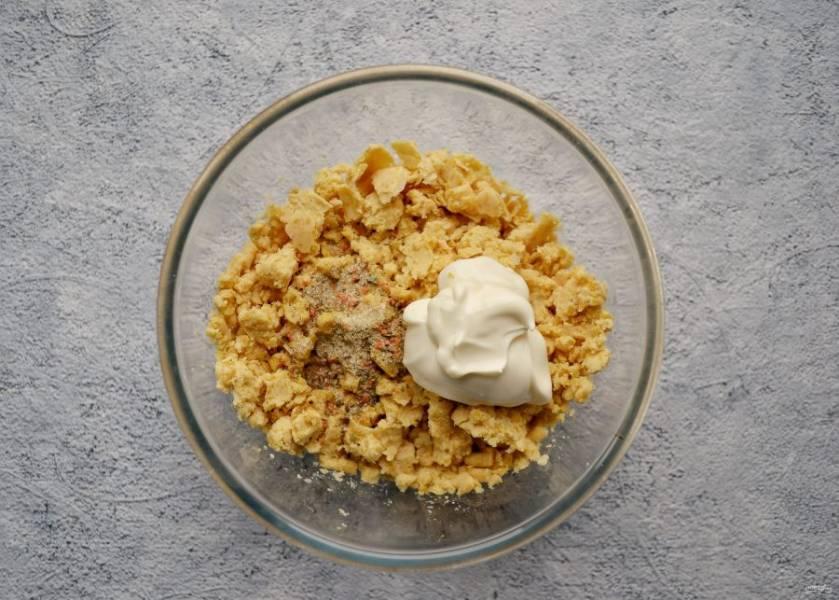 В мясорубке или блендере измельчите нут. Добавьте соль, специи и постный майонез, хорошенько перемешайте. Попробуйте нутовый фарш на вкус, он должен устраивать вас по количеству соли и специй.