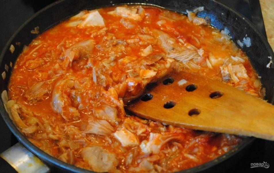 8.Добавляю в сковороду томатную пасту, перемешиваю и прогреваю.