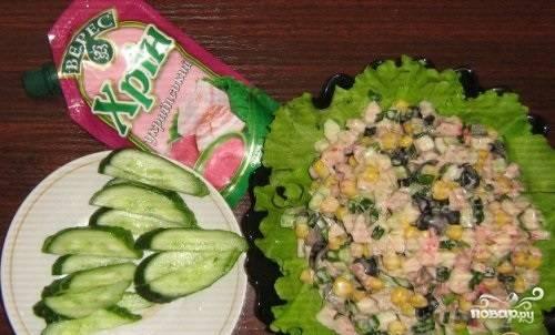 2.Все порезанные овощи и мясо перекладываем в миску, заправляем майонезом и добавляем 1 столовую ложку хрена, если любите поострее, то можно больше.