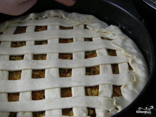 Бортики загните внутрь, а из остатков теста можете сделать украшение. Дайте пирогу расстояться минут 30. Потом отправьте его в разогретую до 180 С духовку на 20 минут, до подрумянивания.