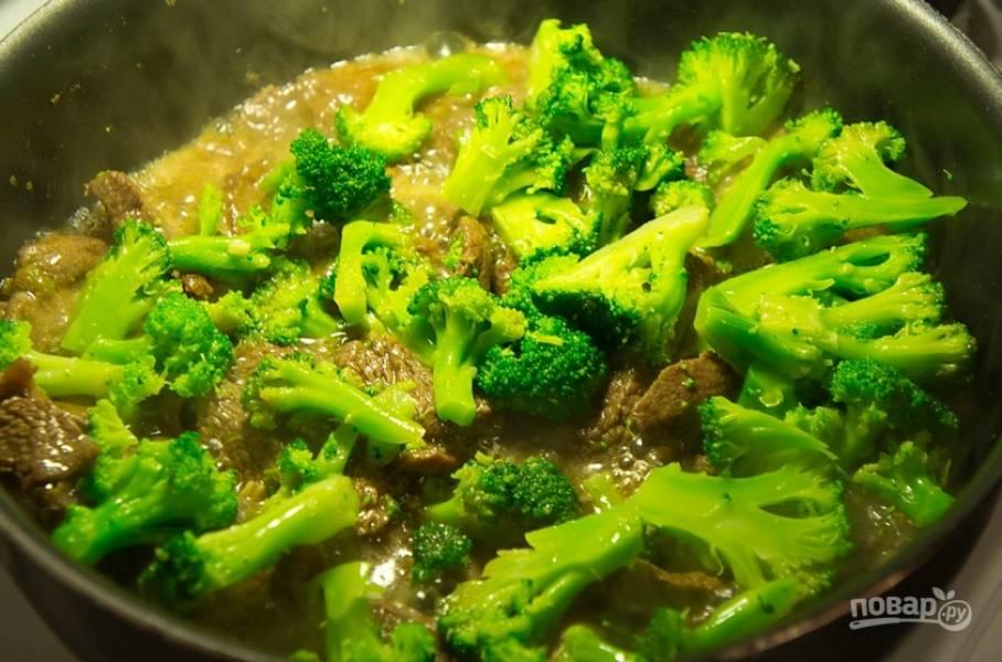В конце добавляем брокколи, которую нужно разобрать на соцветия. Готовьте до загустения маринада и мягкости мяса.