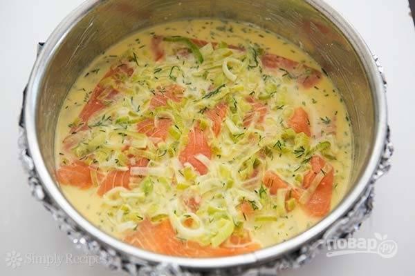 5.Вылейте 1/3 часть яичной смеси поверх слоя с рыбой, затем вторую часть картофеля и снова рыба, залейте половиной оставшейся яичной смеси.