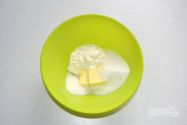 Для приготовления крема взбейте сметану с сахаром и сливочным маслом.