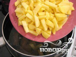 Бросить картофель в кипящий бульон. Варить около 5-7 минут.