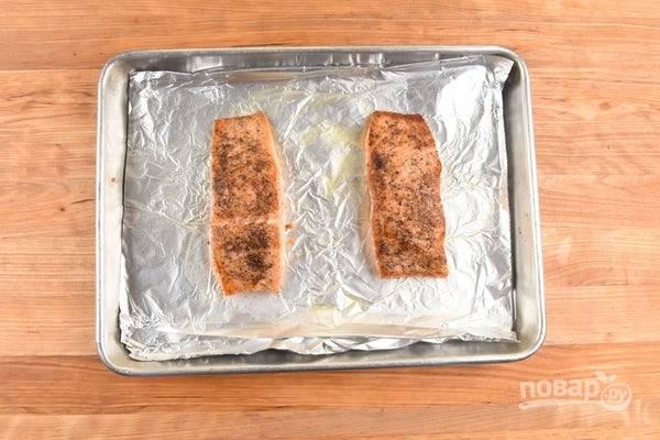 3. Потом отправьте лосося в духовку на 8 минут при 180 градусах.