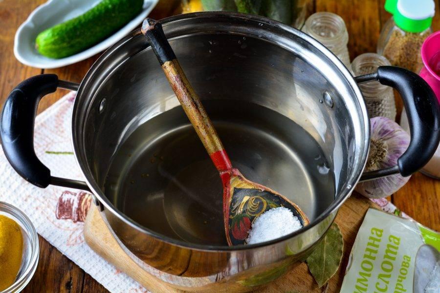 Воду слейте в кастрюлю, всыпьте соль, сахар и лимонную кислоту. Закипятите маринад.