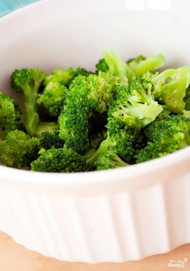 Шаг 4. Вскипятите воду. Разберите брокколи на соцветия, положите их в кипящую воду и варите 5 минут. Затем достаньте и положите на бумажное полотенце, чтобы лишняя жидкость ушла. Разогрейте сковороду, добавьте немного оливкового масла. Поджарьте курицу до золотистого цвета. Дайте её остыть.