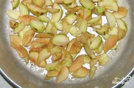 Пока нагревается духовка, укладываю порезанные дольками яблоки на дно формы.
