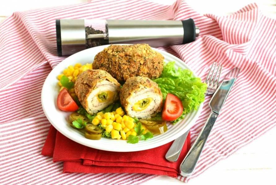Подавайте котлеты горячими с легким овощным гарниром. Например, с консервированной кукурузой, помидорами и маринованным перцем халапеньо.