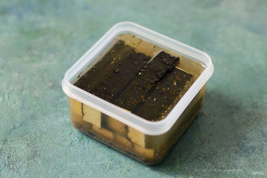 Выложите брусочки тофу, залейте сверху маслом. Сверху добавьте еще 1-2 ст.л. соевого соуса. Плотно закройте емкость, оставьте в холодильнике на сутки.