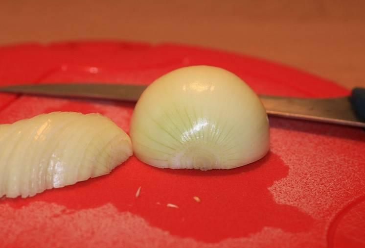 5. Очистить луковицу и нарезать кубиками или тонкими полукольцами. При желании также можно добавить 1-2 зубчика чеснока, предварительно измельчив или пропустив через пресс.