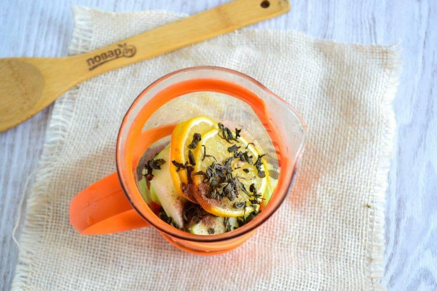 В заварник выложите фрукты, чай, гвоздику и имбирь. По желанию можно добавить сахар или мед.