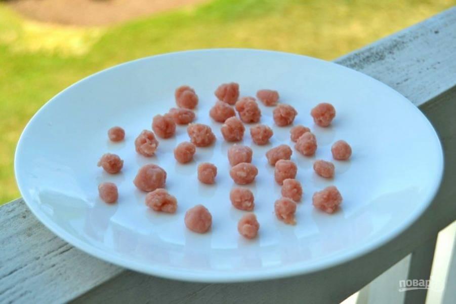 5.Из индюшиного фарша сформируйте небольшие фрикадельки.