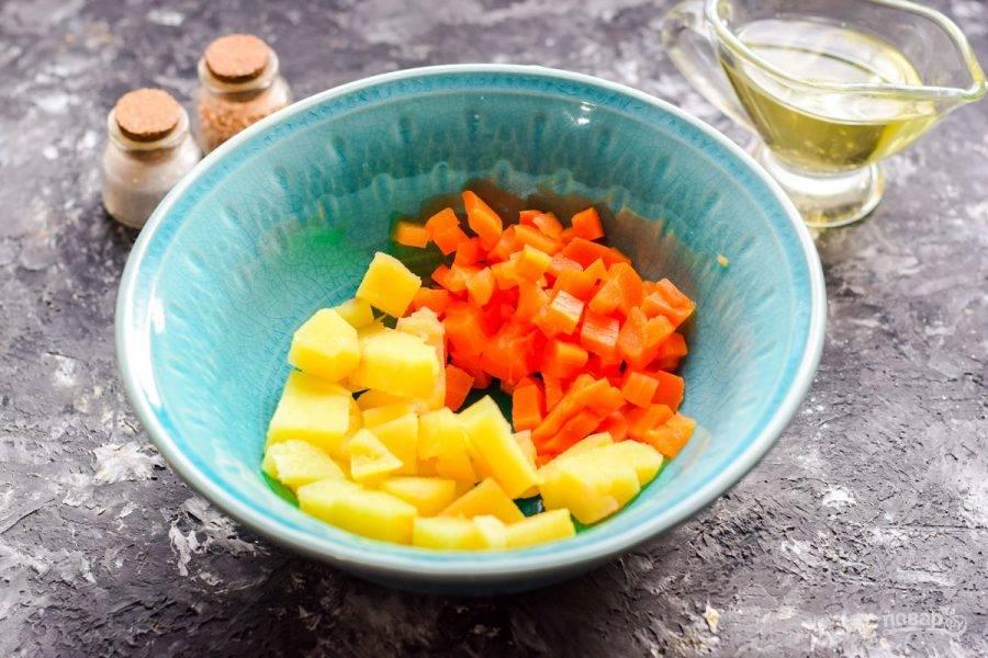 Очистите картофель и морковь, измельчите кубиками и переложите в салатник.