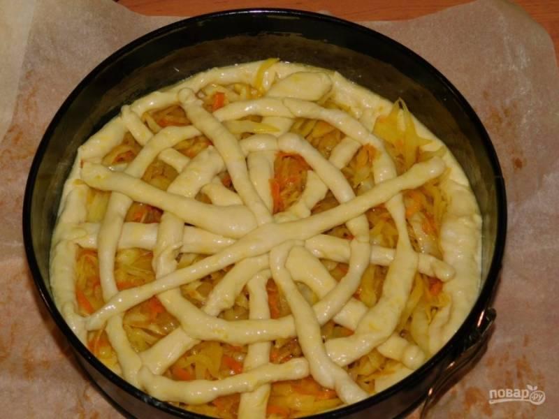 Выложите начинку из капусты. Сверху украсьте пирог оставшимся тестом. Дайте постоять немного в тепле (минут 20). Затем поставьте в духовку, разогретую до 200 градусов, на 30 минут.