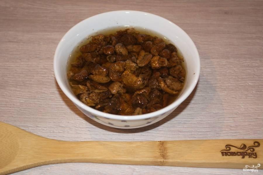 Для приготовления блюда нам необходимо взять лесные сушеные грибы. Я беру белый гриб. Переложите грибы в мисочку, залейте их горячей водой. Дайте грибам постоять (набухнуть) около часа. После отварите грибы в воде (около 15 минут).