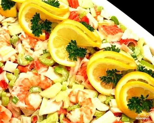 Выложить все ингредиенты в салатник, заправить сметаной, смешанной с лимонным соком, солью и перцем, перемешать.