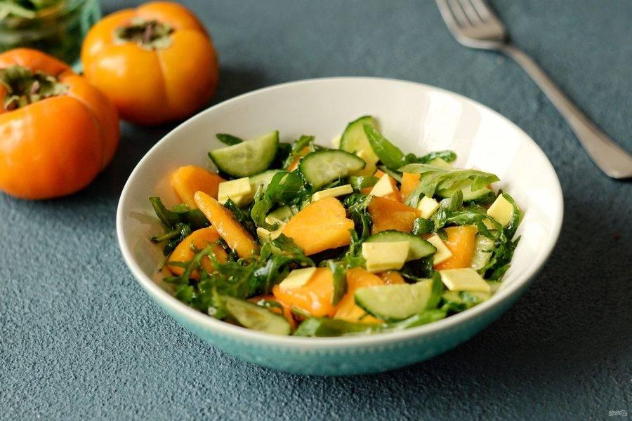 Салат с рукколой и хурмой готов, приятного вам аппетита!