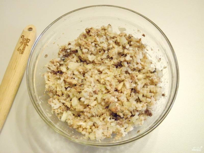 Пока тесто подходит, нужно приготовить начинку для расстегаев. Для этого отварите рис в соленой воде до готовности. Откройте консервы, отцедите рыбу от жидкости. Очистите и порежьте мелким кубиком лук. Соедините рис с луком и консервой. Перемешайте, начинка готова!