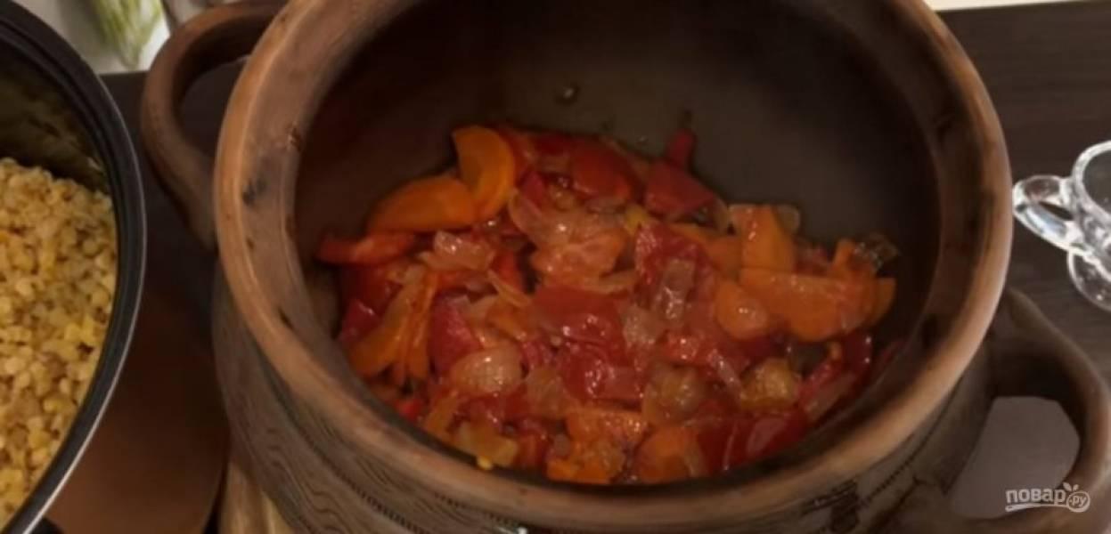 5. Вылейте воду и налейте 30 мл воды. Добавьте овощи, сверху выложите готовую чечевицу и распределите по ней кусочки сливочного масла.