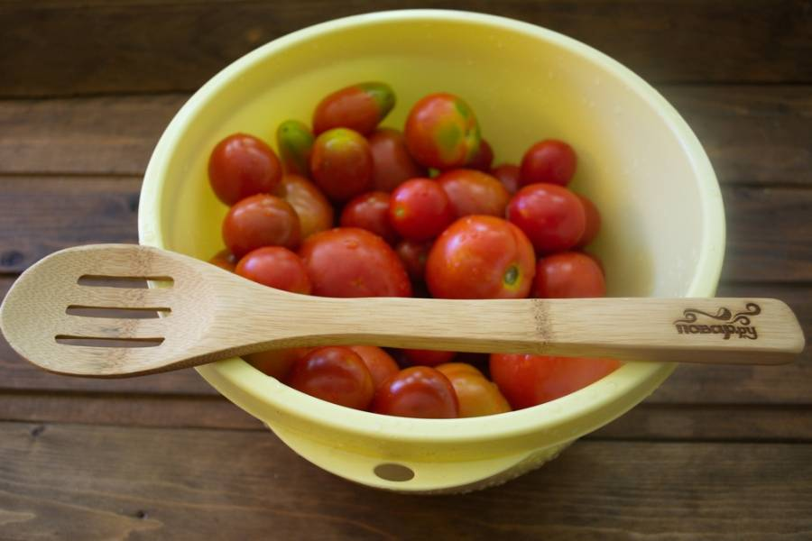 Помидоры нужно вымыть и удалить хвостики. Дайте стечь воде. Битые или треснутые помидоры не консервируем.