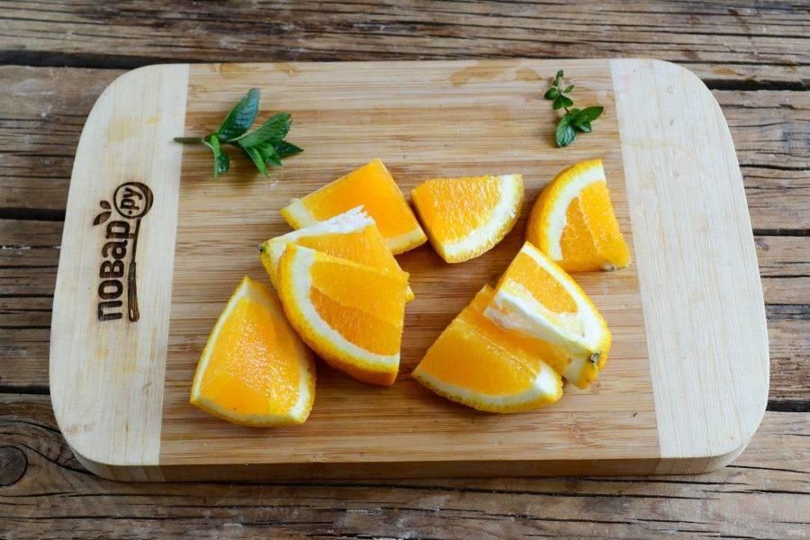 Апельсины порежьте на произвольные куски и также пропустите через мясорубку.